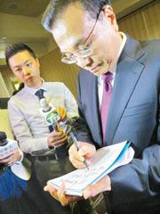 李克强欣然题字:向华人侨胞问候、祝福