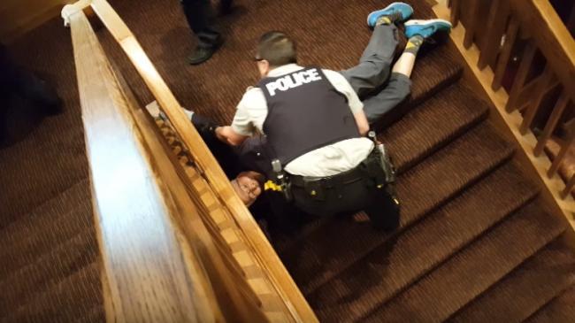 警察暴力执法 把80岁亚裔老人拖下楼梯 孙女哀求
