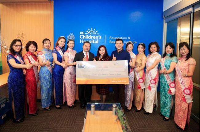华裔太太到访BC儿童医院基金会递交支票献爱心