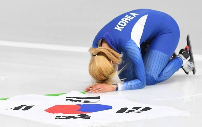 磕头谢罪!韩速滑女将获银牌后跪地痛哭