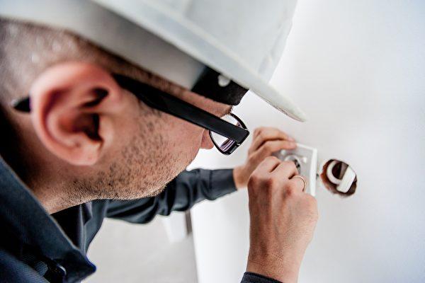 electrician-1080554_1920-600x400.jpg