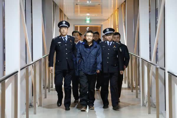 红通犯外逃13年回国自首 妻:问心无愧