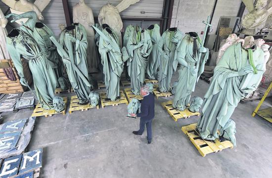巴黎圣母院16件铜像意外幸免 三件圣物灰飞烟灭