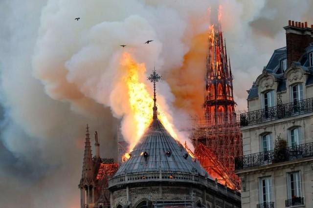 视频拍到法国巴黎圣母院有人纵火?真假难辨