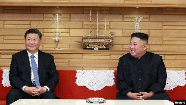 朝鲜领导人金正恩在平壤会晤到访的中国国家主席习近平。(朝鲜官媒朝中社2019年6月21日发布)