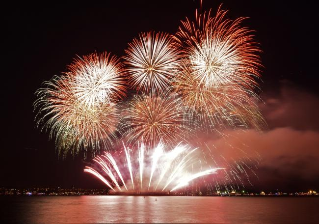 震撼!温哥华国际烟花节压轴之作照亮了整个夜空