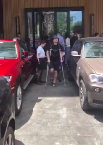高晓松因腿伤拄拐杖外出 呼吁多设无障碍设施