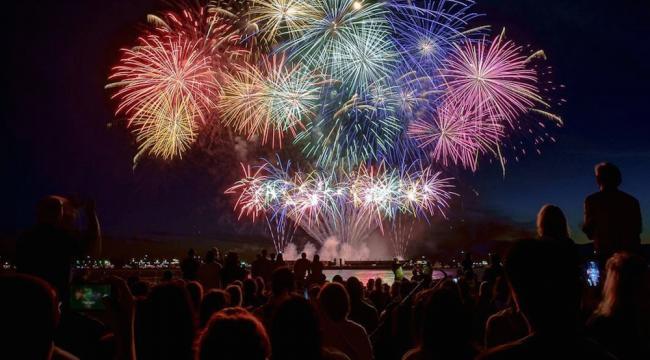 celebration-of-light-fireworks-crowd-beach-english-bay-vancouver.jpg