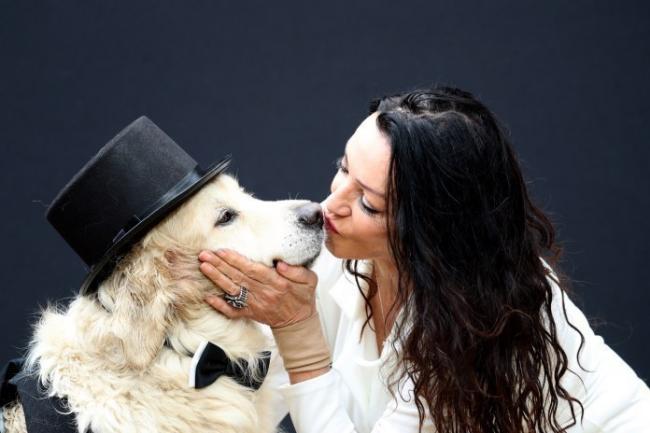 """恋爱221次后,她选择和自己的爱犬""""结婚"""""""