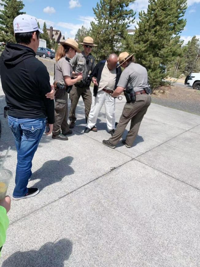 在旅游微信群里有一张华人游客违规被捕的现场照片。(微信图片)
