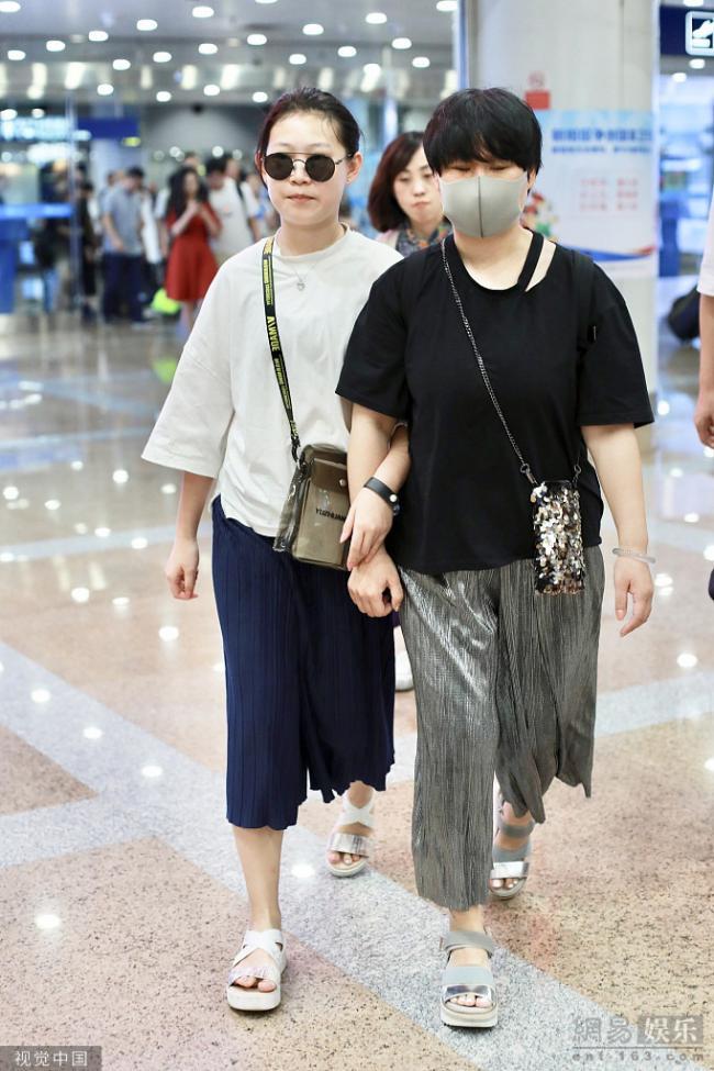 小沈阳携妻女现身 12岁女儿身高比肩妈妈