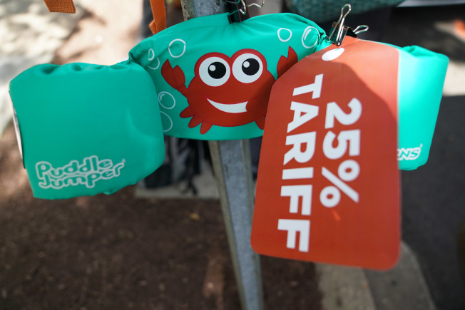 在华盛顿,一支鱼竿上挂着抗议加征关税的标语。(新华社)