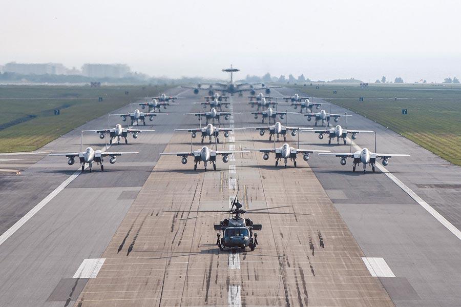 美国空军参谋长古德芬上将,曾在推特上传美国驻琉球空军嘉手纳基地,F-15鹰式战机在跑道上军容壮盛的列队照片。(取自古德芬推特)