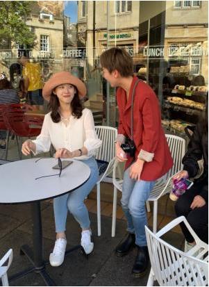 章泽天独自现身剑桥大学被网友偶遇 露尴尬笑容