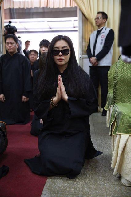52岁王祖贤罕见现身佛寺 保养极好清新脱俗
