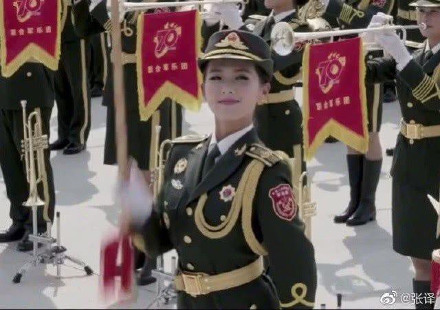 """笑起来像刘涛的""""兵姐姐""""刷屏网络,张译晒合照"""