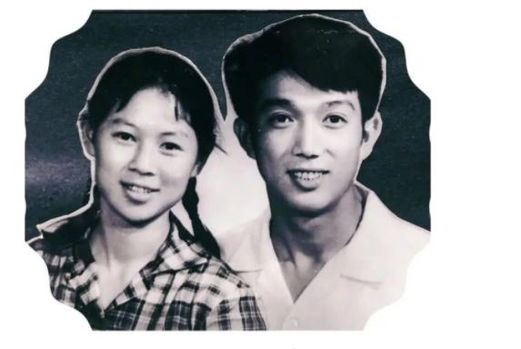 高晓松罕见晒父母结婚照 父母年轻时候高颜值
