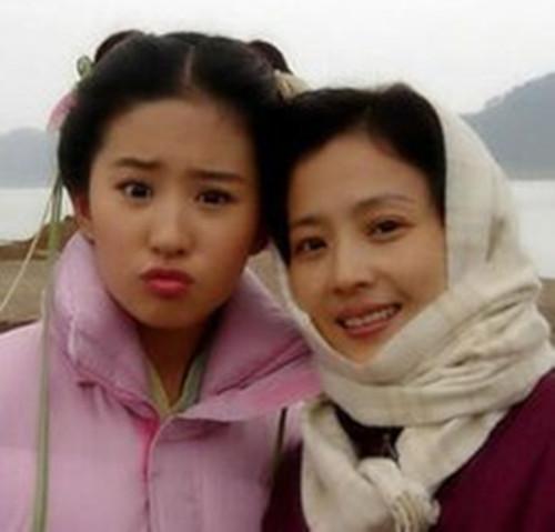 刘亦菲老说她是家里长得最丑 见完照片后信啦