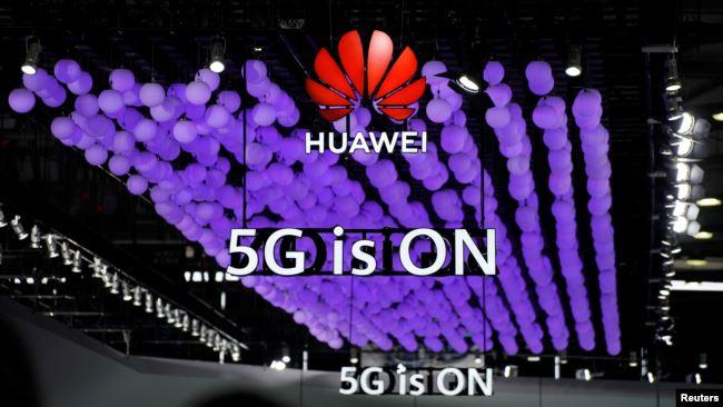 2019年6月28日上海举行的世界移动通信大会上华为标识和5G的标志。