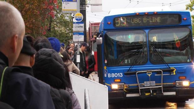 惨!大温巴士罢工,逼得UBC学生要在校园露营