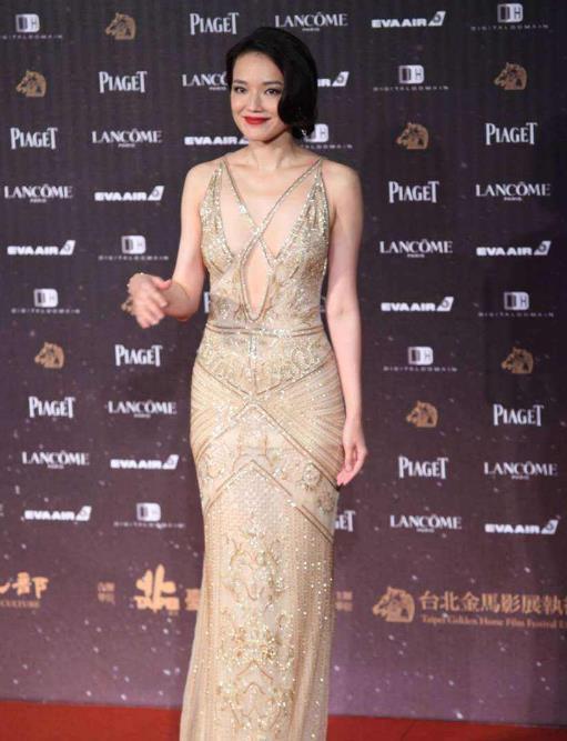 """43岁的舒淇太高级 大胆挑战""""3D丝带""""礼服"""
