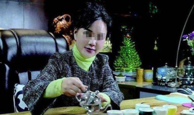 """被称为""""金融才女""""的朱姓女子,当老总时经常化著精致的妆容。(取材自北京日报)"""