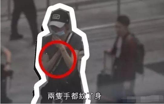 54岁张曼玉现身机场 双腿瘦成竹竿引发众人围观