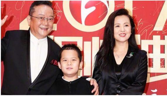 71岁王刚为生计奔波 娇妻每月开支超百万