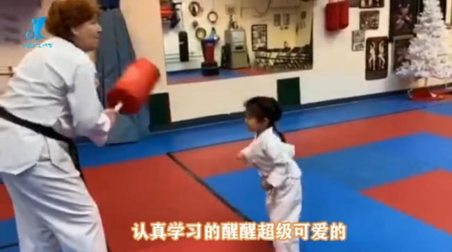 章子怡晒女儿学跆拳道 醒醒有模有样超萌
