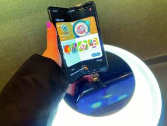 三星摺叠手机多伦多登场 售价2599.99元
