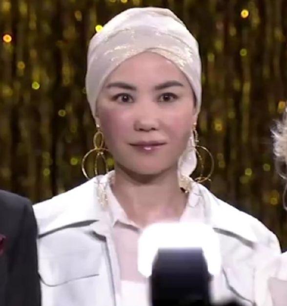 王菲活动图曝光 头戴纱巾妆容蜡黄满满全是土味