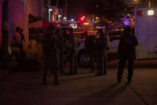 枪手血洗旅游胜地,扫射后投炸弹 37人死伤,加拿大游客丧生