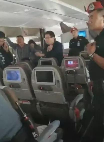 气愤!黑人丢了2万 119名中国乘客遭搜身