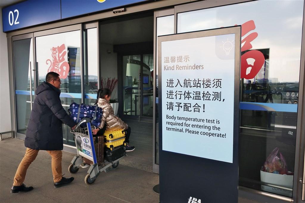 中國武漢市衛生健康委員會20日凌晨通報,當地在18、19日共新增136個新型肺炎病例,新增死亡1例。此外,在北京及深圳也出現病例,共3例。圖為武漢國際機場看板提醒旅客配合體溫檢測。(共同社提供)