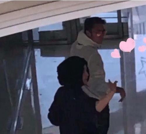 网友偶遇谢霆锋和王菲 两个人太甜蜜了
