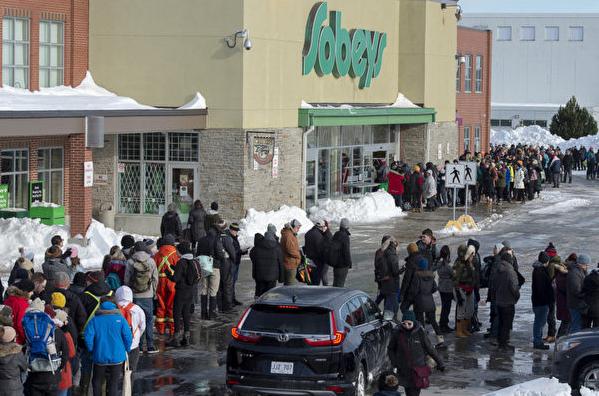 经历雪暴后 纽省杂货店首开 民众大排长龙