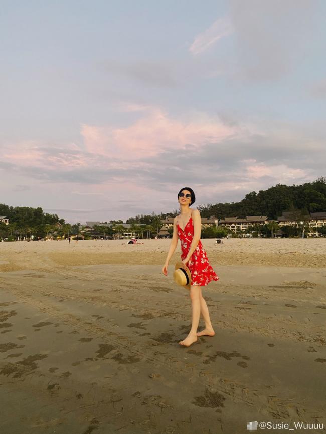 李亚鹏女友穿超短裤海边度假 白皙长腿十分抢镜