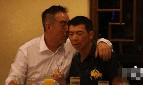 冯小刚近照曝光 陪大哥喝酒低头哈腰