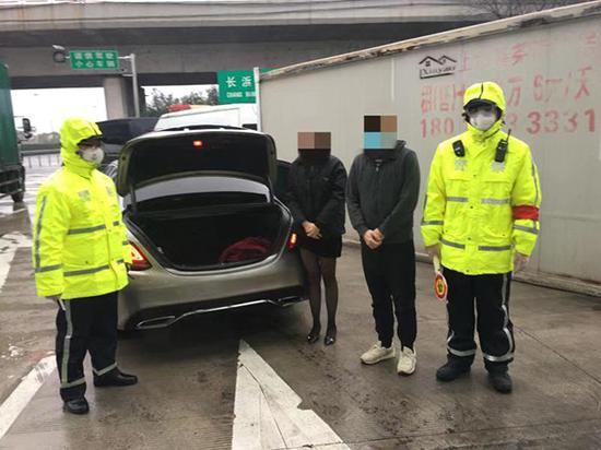 民警在轿车的后备箱内查获一名来自重点地区的女子。