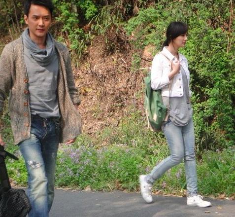杨幂早期拍戏超敬业 背书包和冯绍峰演对手戏