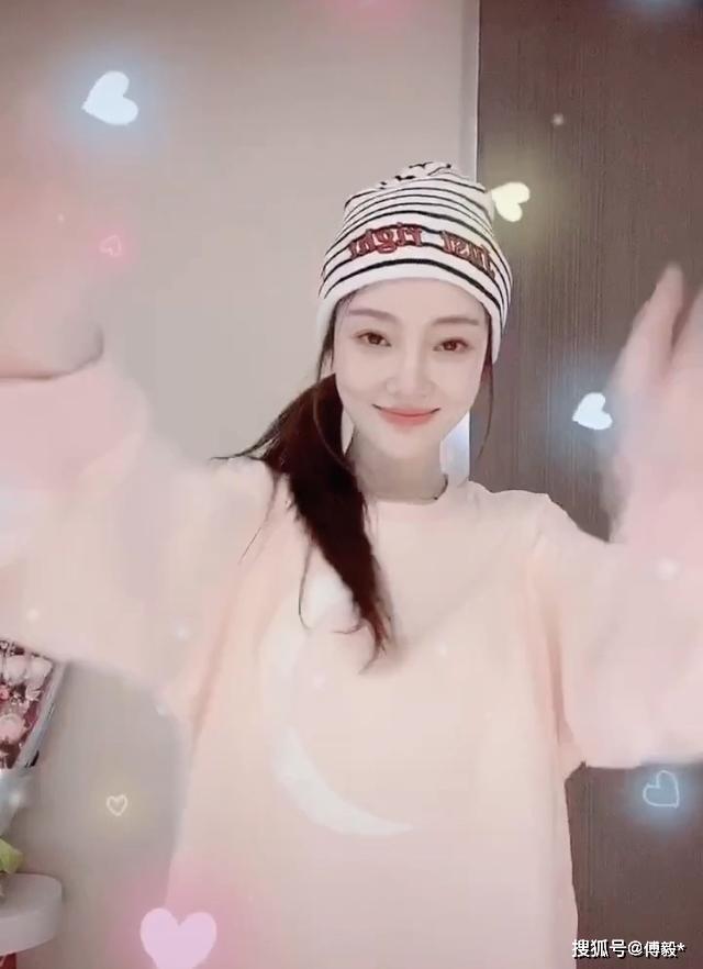 李小璐对镜大跳热舞 网友:别出来丢人了