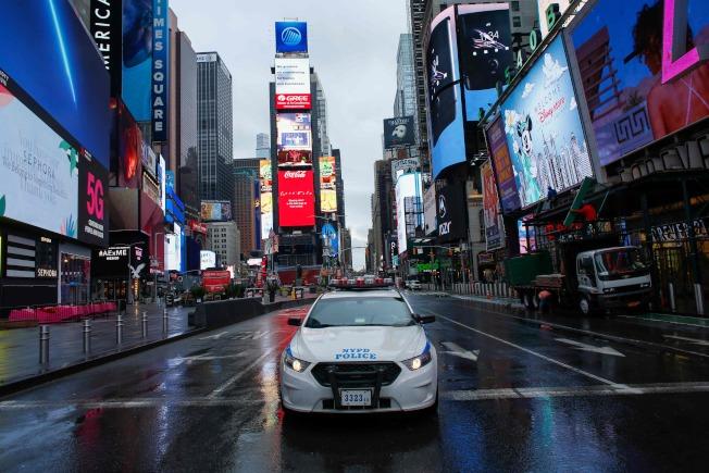 紐約市已成為美國的疫情中心,川普總統考慮對紐約市及周邊地區下達隔離令。圖為警車停在曼哈頓時報廣場。(Getty Images)