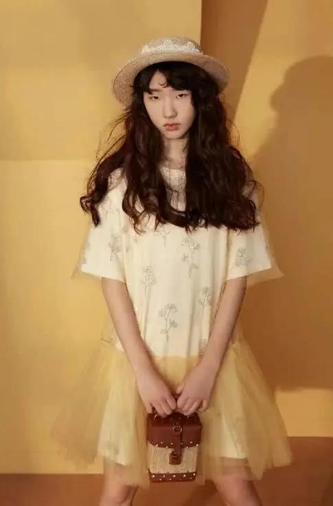 小S大女儿拍广告大片 14岁身材高挑气场强大
