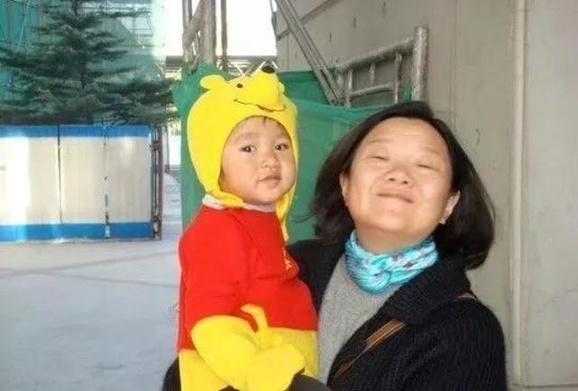 陈凯歌前妻洪晃晒女儿近况 女儿素颜出镜
