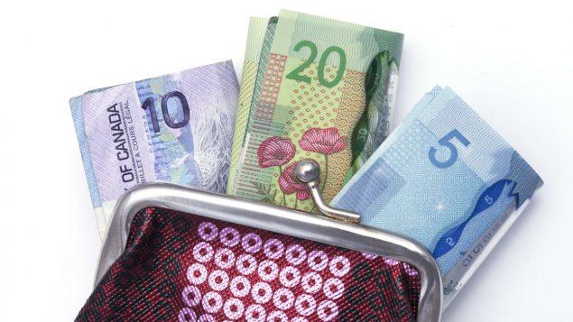 billets-dollars-canadiens-portefeuille-e1585166394332.jpg