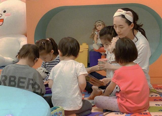 章子怡当妈后变朴素 给5岁女儿开派对