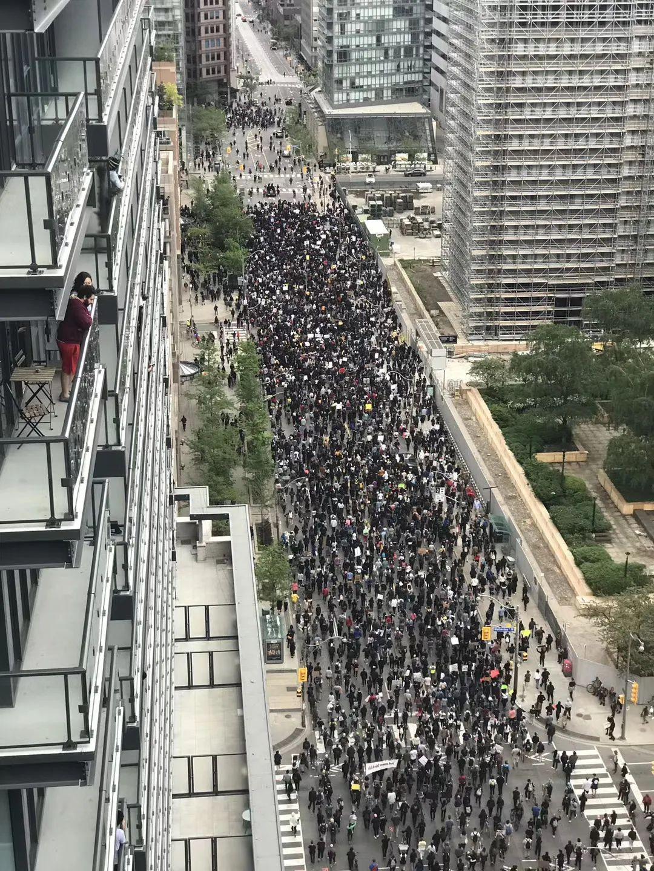 刚刚! 成千上万人走上多伦多街头示威游行! 不是因为美国!