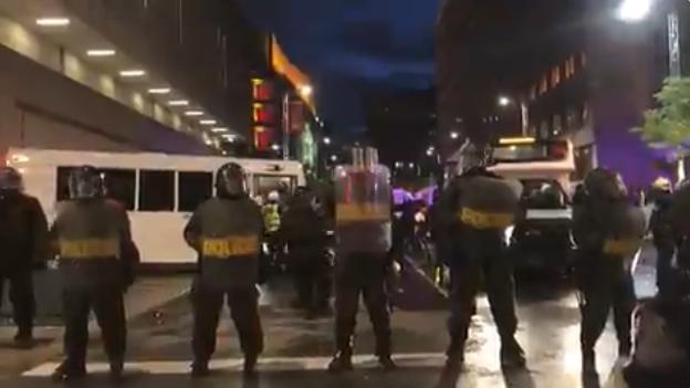 加拿大暴动开始! 万人包围警局 打砸抢烧 商场遭洗劫 催泪弹连续发射!