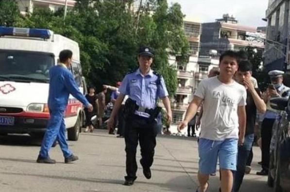 广西梧州市小学男保安持刀砍人,39名师生受伤