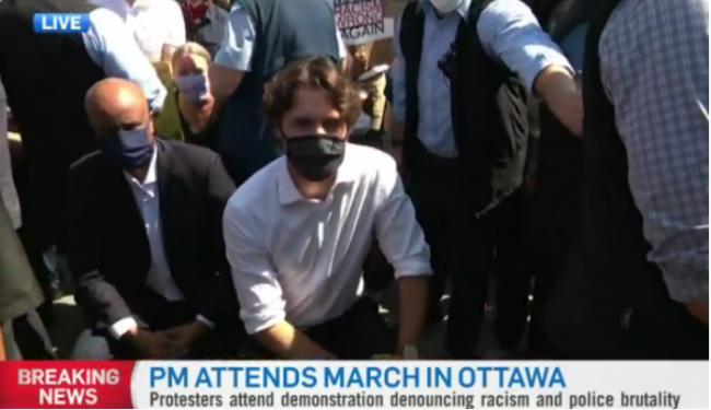 加拿大总理特鲁多参加反种族主义示威!屈膝下跪